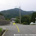 北宇智駅から金剛山の久留野道コース登山口に行く途中で県道261号線に出合う所
