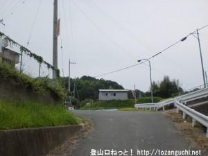 金剛山の天ヶ滝新道コース登山口に行く途中で県道261号線に出合う所