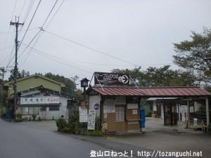 吉野大峯ケーブルの吉野山山上駅(ロープウェイのりば)と吉野山駅バス停