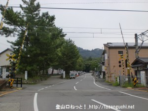 JR三輪駅北側の踏切前