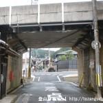 近鉄榛原駅南口から400mほど東に進んで左折し線路下をくぐる