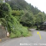 神末小屋バス停前の車道を東に進む