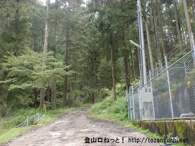 水谷林道の入口(学能堂山登山口)