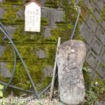 国道368号線から水谷林道に入るT字路に置かれている「いせ道」と彫られた石柱