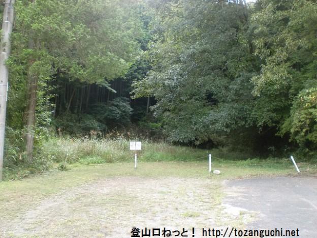 船尾の井足岳登山口前の駐車スペース