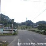 芳野川に架かる竹橋を渡る