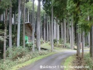 仏隆寺から小峠に向かう途中にあるログハウス前