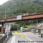 西河バス停の北側にある五社トンネル手前のT字路