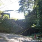 水尻バス停横にある小峠山への登山道に入る手前の階段