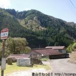 上葛川バス停からバス停前の車道を下る