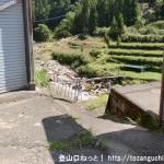 上葛川バス停からバス停前の車道を下ってポストの手前から左に入って坂を下る