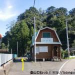 熊野萩バス停南側の熊野古道案内所前
