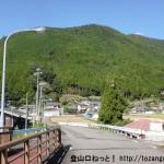 熊野萩バス停南側にある橋を渡ったところ