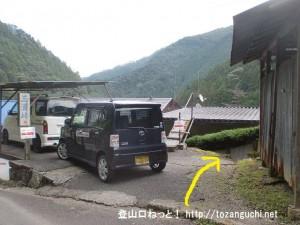 三浦口バス停のすぐ北側から右の小路に入る