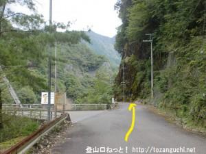 旭ダムの横の林道を旭新登山口方面に進む