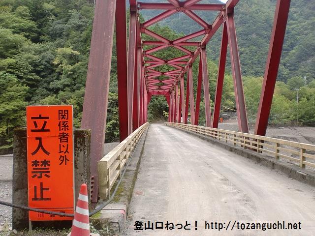 清水ヶ岳の登山口となる奈良教育大学の教育センター前に架かる橋(赤谷大橋)