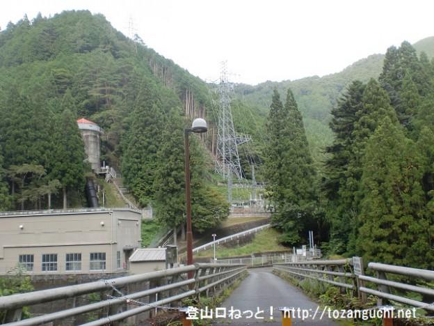 和田の発電所前の橋を渡る