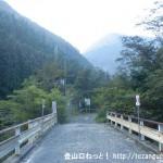 弥山・八経ヶ岳の登山口となる熊渡の橋を渡る