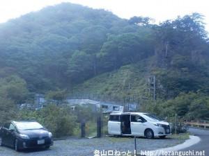 行者還トンネル西口の行者還岳登山口の有料駐車場