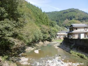 恋風トンネル出口から見る丹生川の清流