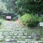 戒長寺の手前にあるトイレの横の戒長寺へ続く石段(参道)登り口