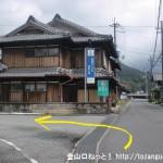 奈良交通の曽爾長野バス停北側にあるT字路を左折