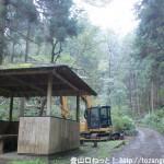 三沢峠に向かう林道にある東屋の前