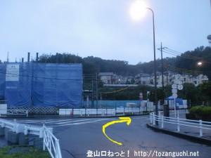 JR小宮駅西口の右前の車道を進む