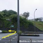 国道16号線の西武滝山台交差点の横断歩道を渡って左折