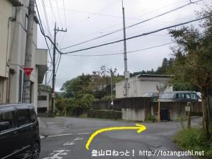 今熊神社の手前にある三差路を右折