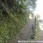 十里木バス停(西東京バス)の横にある城山への登山道入口