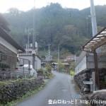 御前山の湯久保尾根側登山口手前の坂道