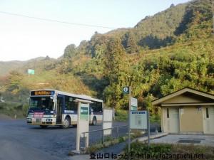 小仏バス停とその横にある公衆トイレ