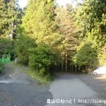 小仏峠の登り口の車道終点の駐車スペース前