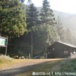 小下沢キャンプ場跡地の小屋
