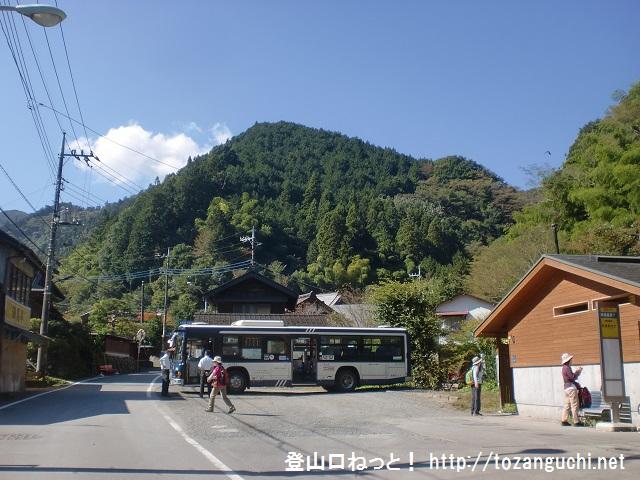 陣馬山(奈良子峠・底沢峠)の登山口にバスでアクセスする方法