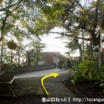 相模湖駅から与瀬神社に向かう途中の線路沿いの小路から車道に出たところ