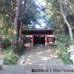 与瀬神社の山門(仁王門)を見上げる
