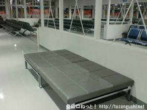 成田空港第2ターミナルの北ウェイティングエリアのフラットシート