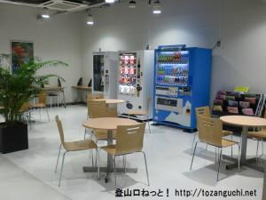 成田空港第2ターミナルの北ウェイティングエリアの自動販売機コーナー