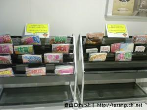 成田空港第2ターミナルの北ウェイティングエリアのブックコーナー