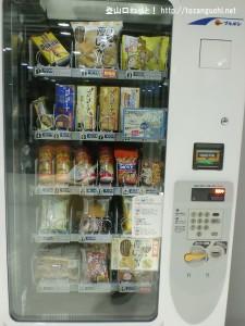 成田空港第2ターミナルの北ウェイティングエリアのお菓子の自動販売機
