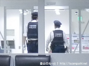 成田空港第2ターミナルの北ウェイティングエリアを巡回する警察官