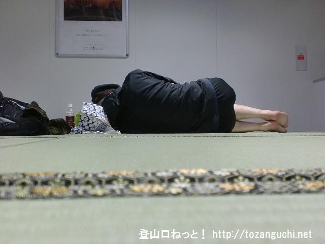 成田空港第2ターミナルの北ウェイティングエリアの畳席で眠る登山口ねっと!の管理人