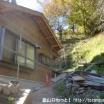 槇寄山・(笹尾根の西原峠)の登山口にある民家の横の細い階段を登る