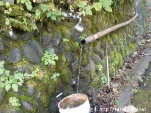 浅間尾根の登り口にある製材所の前のT字路にある湧水の水汲み場