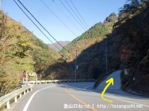 国道411号線から雲取山・飛竜山・三条の湯方面につながる後山林道に入るところ