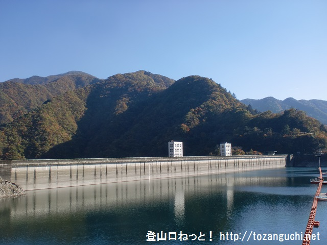 御前山の登山口 奥多摩湖の小河内ダム堰堤にアクセスする方法