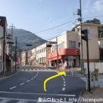 日原街道入口の交差点から右斜め前の小路に入る