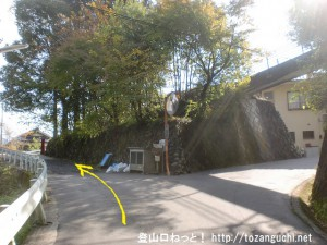 羽黒三田神社の表参道入口の手前の車道